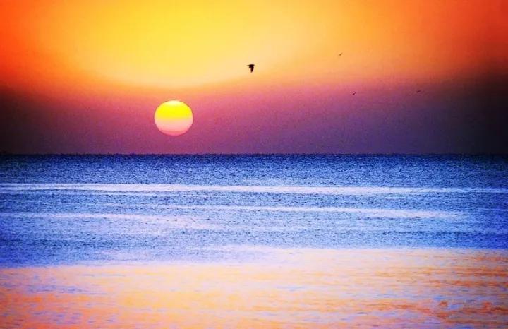 日照因为唯美的日出风景而得名,大海和太阳的交融盛景在这里美出新